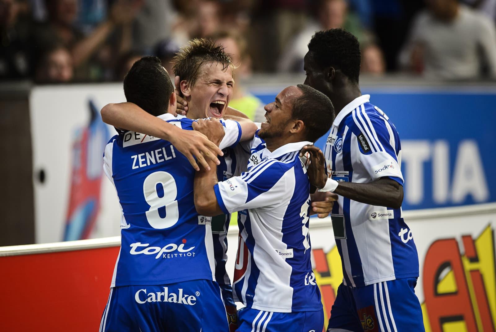 Erfan Zeneli, Nikolai Alho ja Demba Savage onnittelevat HJK:n maalintekijää Robin Lodia.