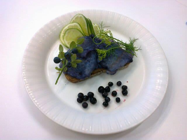 Mustikkamarinoitua haukea ruisleivän päällä.