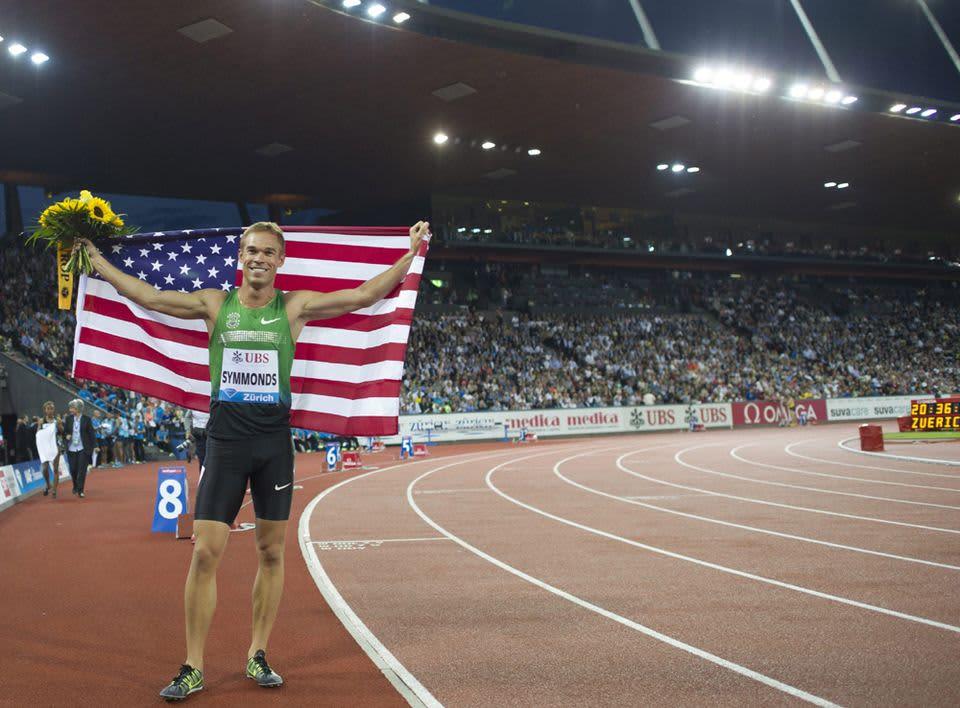 Nick Symmonds pitelee Yhdysvaltain lippua kilpailun jälkeen.