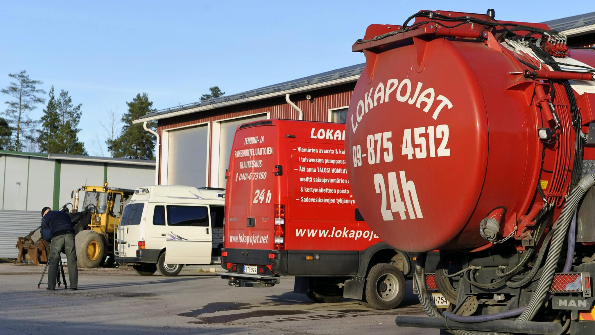 Poliisin tutkijat kuvasivat A. Lokapojat Oy:n toimitiloja Tuusulan Pyöräkujalla marraskuussa 2008.