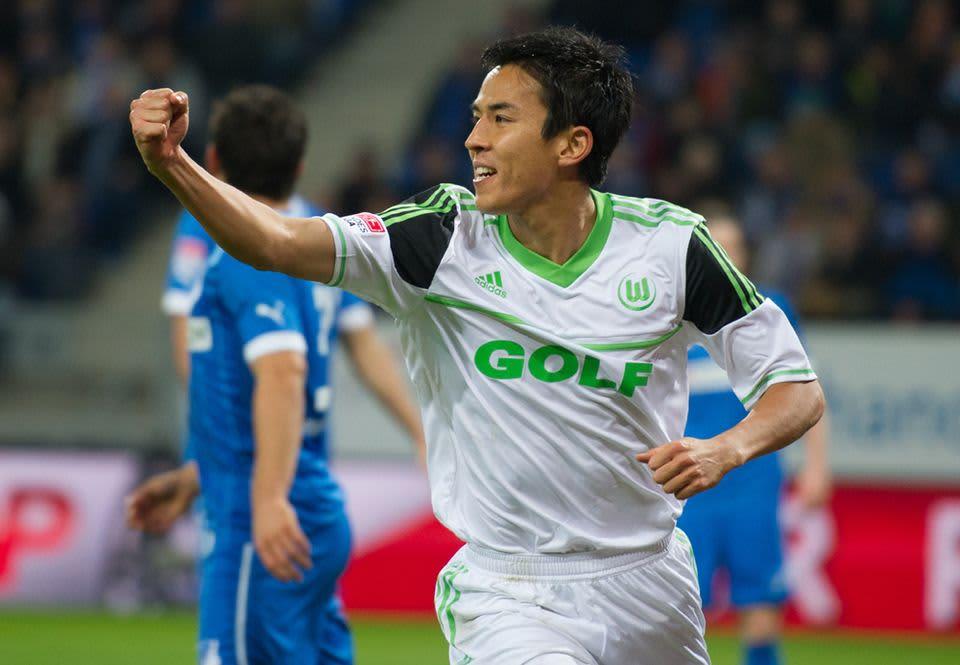 Wolfsburgin Makoto Hasebe tuulettaa maaliaan.