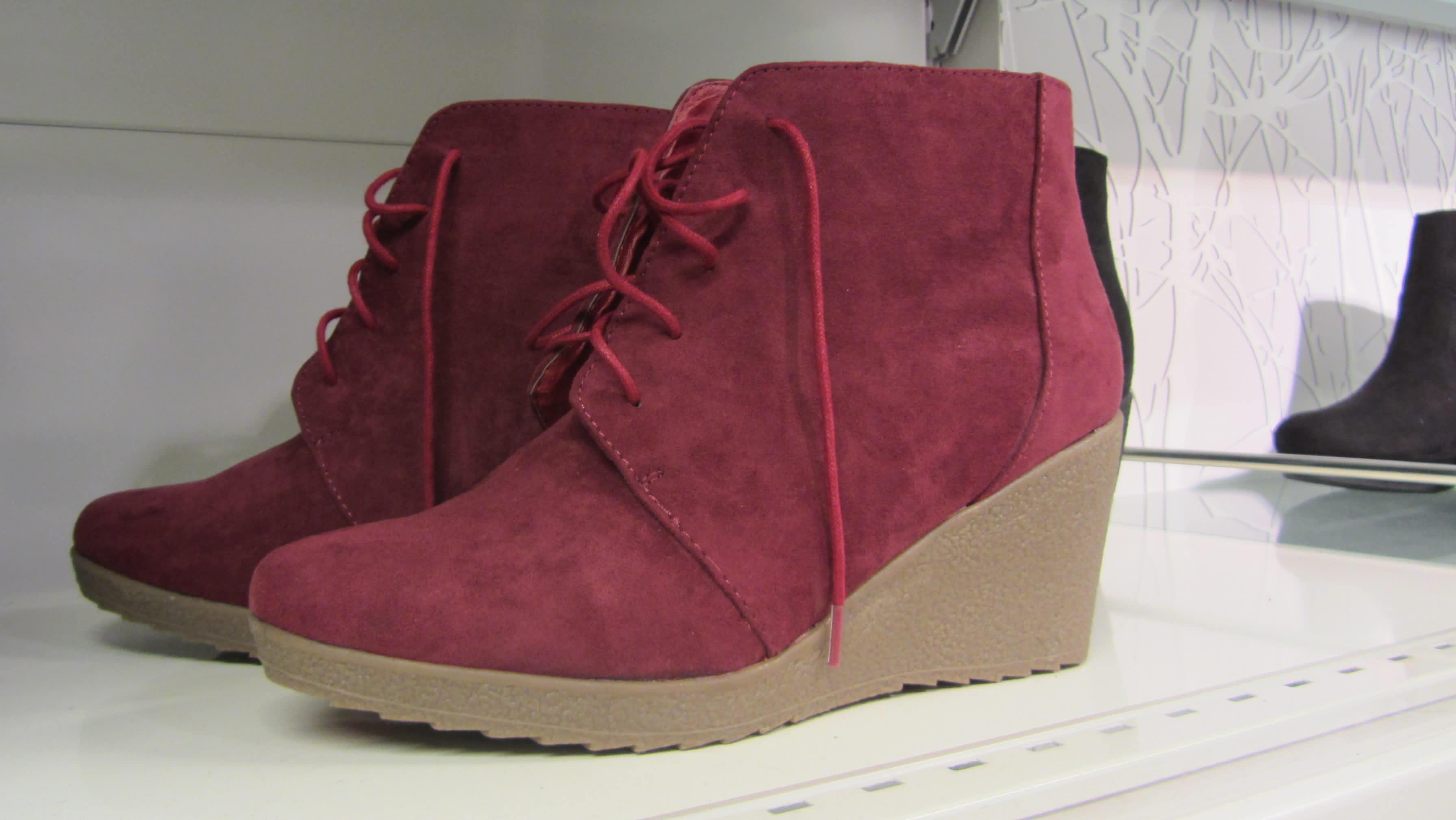 viininpunaiset kengät kaupan hyllyllä