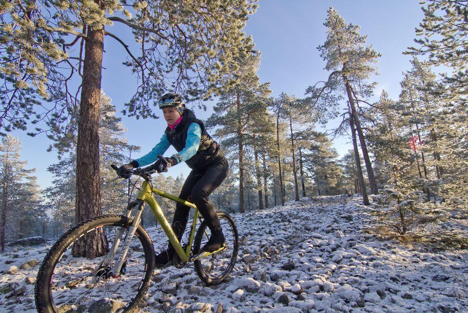 Kati Vehmas maastopyöräilemässä