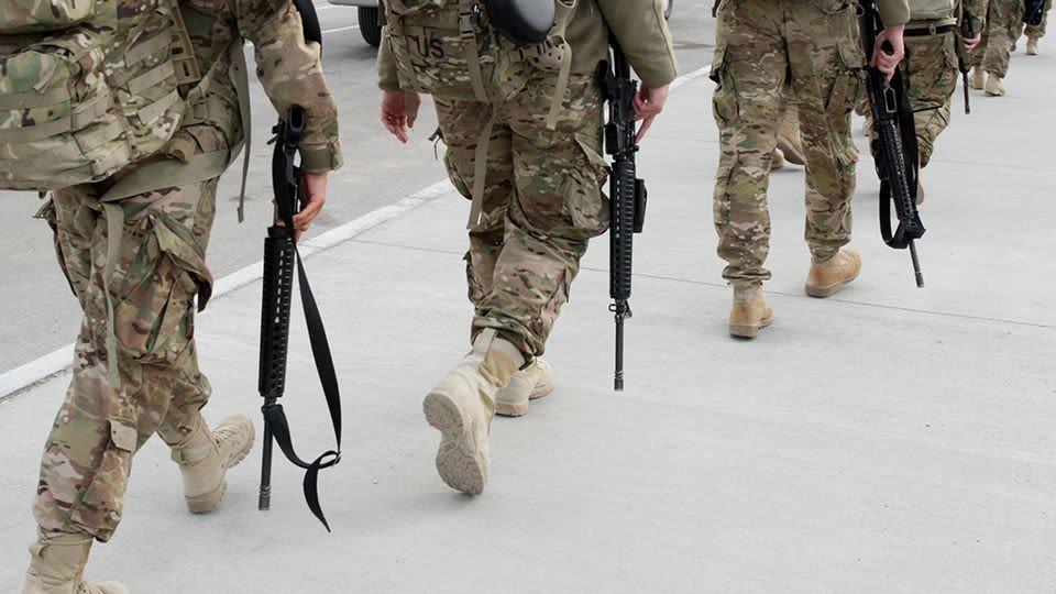 Yhdysvaltain sotilaat marssivat jonossa.