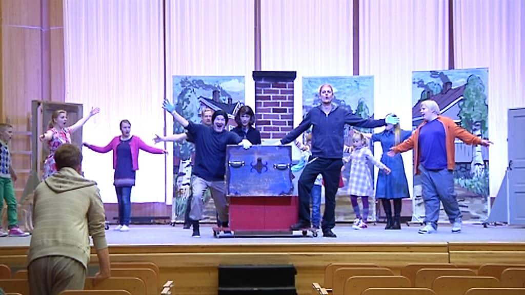 Pieni nokipoika -oopperan harjoitukset Snellman-salissa.