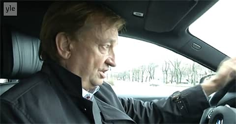 Hjallis Harkimo auton ratissa