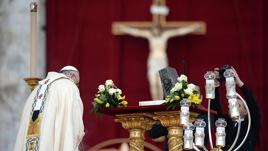 Paavi Franciscus siunaa apostoli Pietarin luut ennen messua Pyhän Pietarin aukiolla Vatikaanissa.