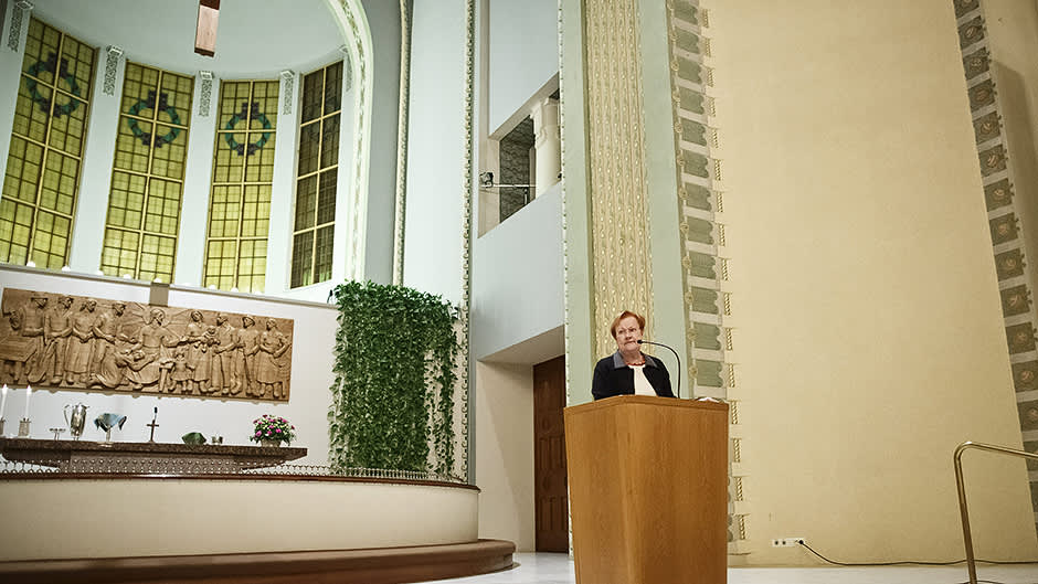 Presidentti Tarja Halonen saarnaamassa Kallion kirkossa.