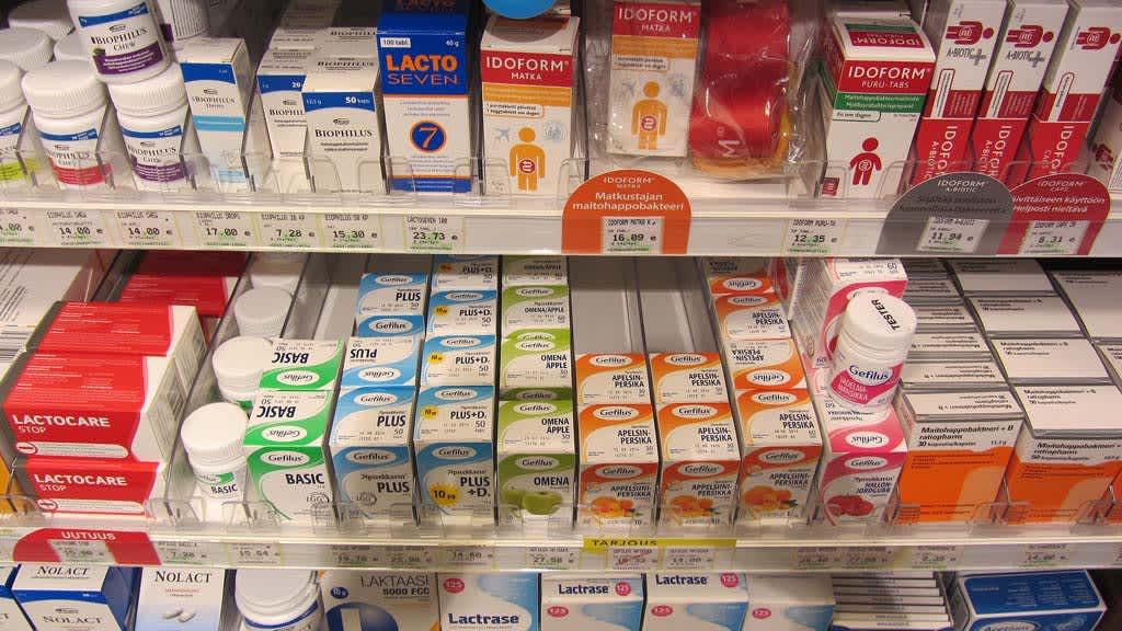 Kuvassa maitohappobakteerivalmisteita apteekin hyllyllä
