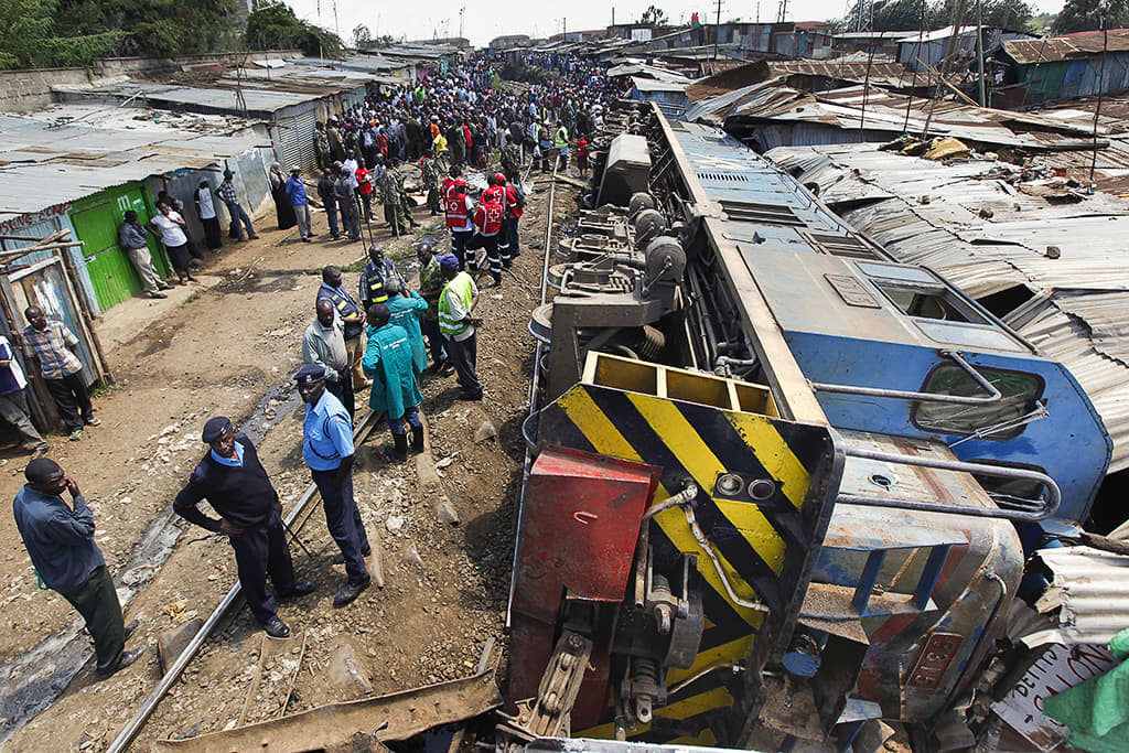 Kaatuneen tavarajunan veturi Kiberan slummissa Nairobissa.