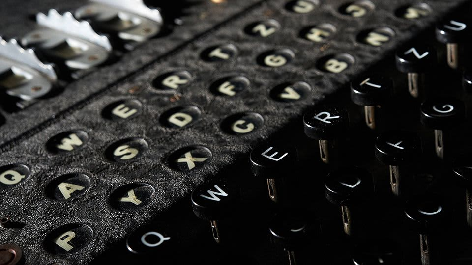 Enigma-salakirjoituslaite näytteillä Heinz Nixdorf Museumsforumissa Paderbornissa Saksassa.