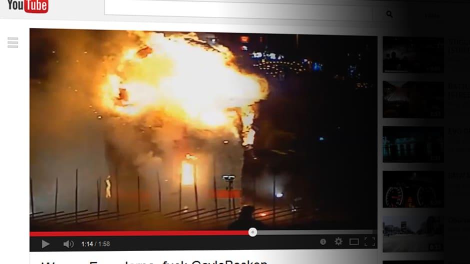 Kuva videosta, jossa Gävlen olkipukki sytytetään.