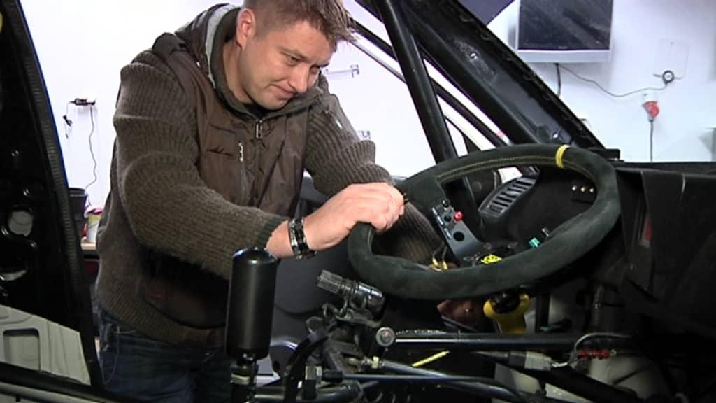 Toni Gardemeister omistamansa ralliauton vierellä.