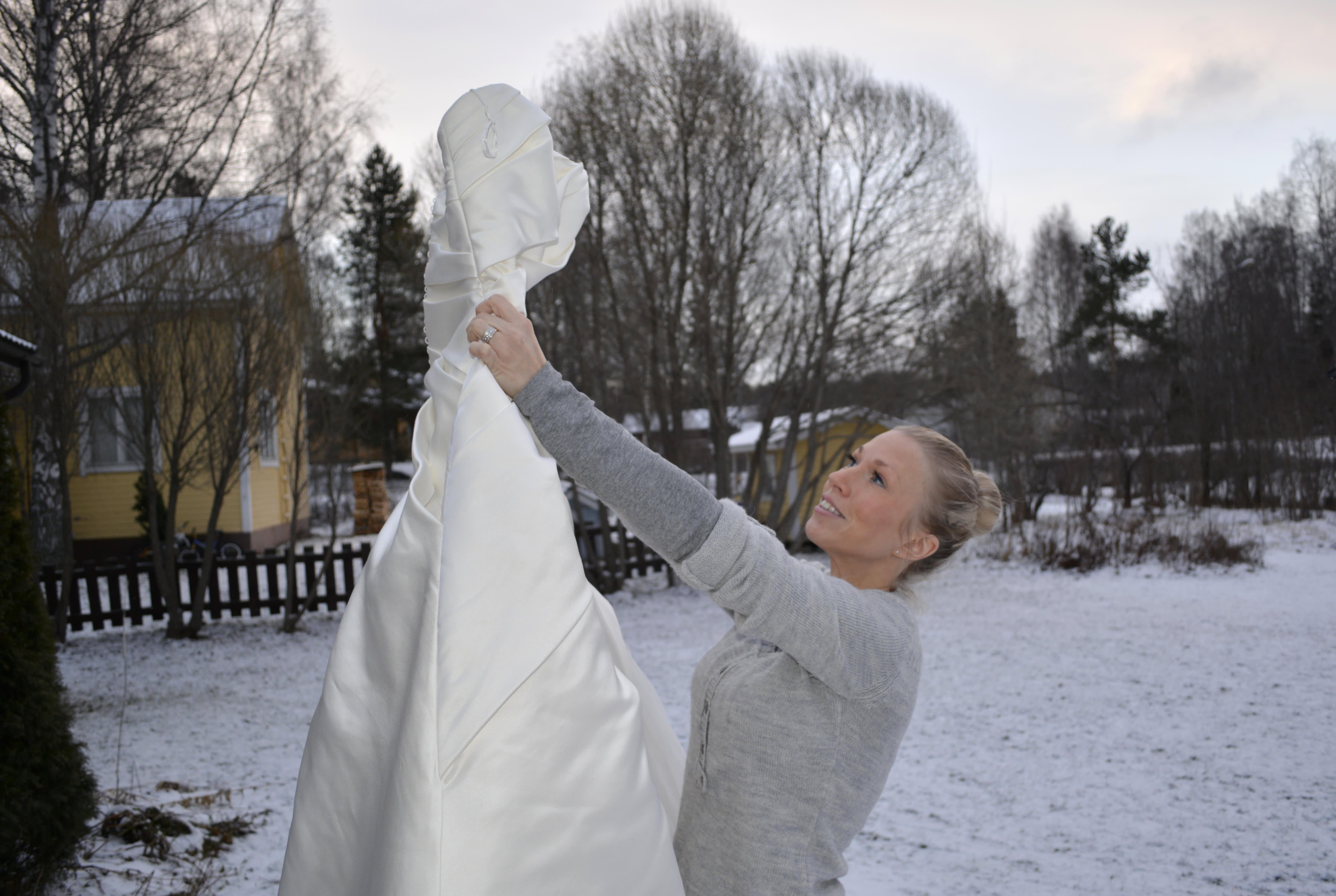 Emilia Heinonen esittelee hääpukuaan