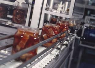 Sillipurkit liukuhihnalla Rymättylän tehtaalla.