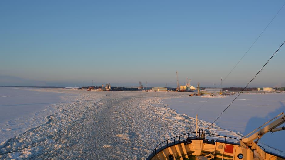 Näkymä talvella laivan kannelta Kemin Ajoksen satamaan.