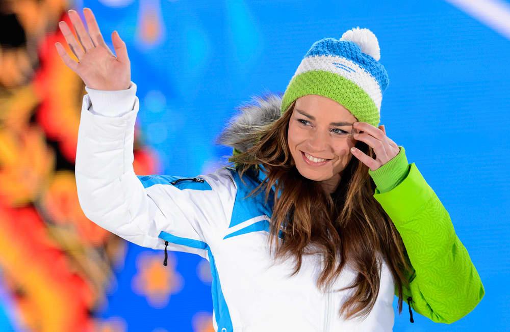 Slovenian Tina Maze heiluttaa kättään palkintoseremoniassa.