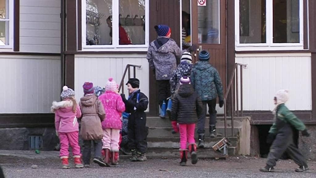 Koululaisia Kerkkoon koulun pihalla Porvoossa.