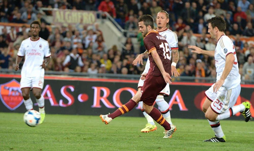 AS Roman Miralem Pjanic iskee 1-0-maalin AC Milania vastaan.