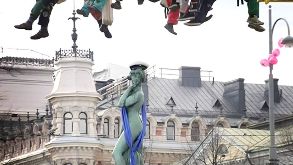 Havis Amanda-patsas lakitetaan Helsoingissä.