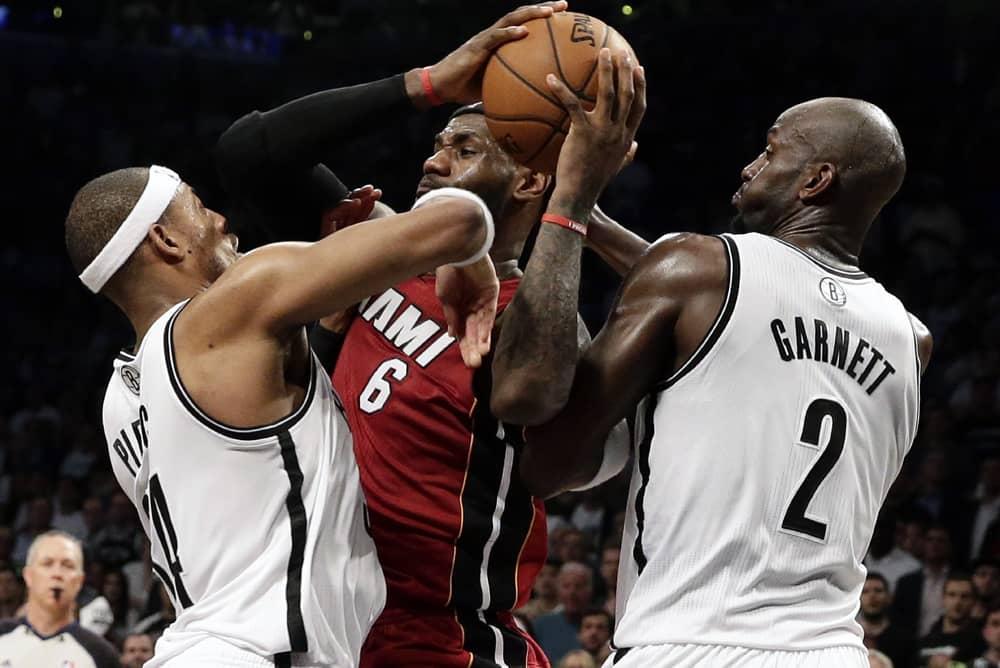 LeBron James taistelee pallosta.
