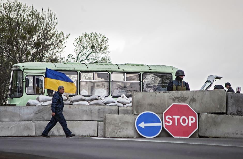 Ukrainan sotilaita vartiossa rajatarkistusasemalla Slavianskin kaupungin läheisyydessä 25. huhtikuuta.