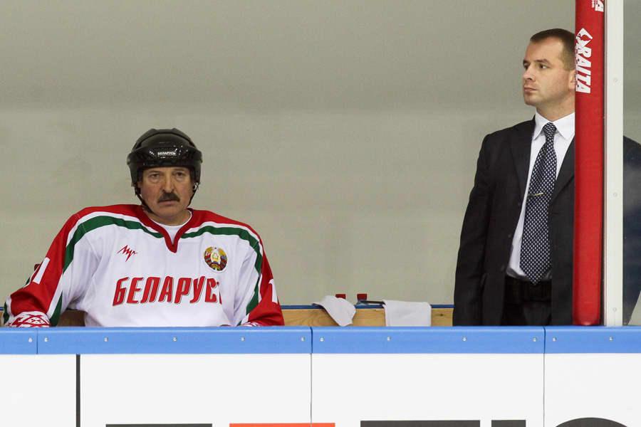 Presidentti Lukashenko ja turvamies ottelussa.