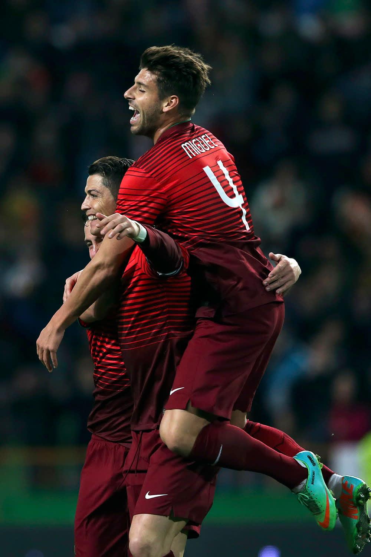 Joao Moutinho, Cristiano Ronaldo ja Miguel Veloso juhlivat Cristiano Ronaldon maalia.