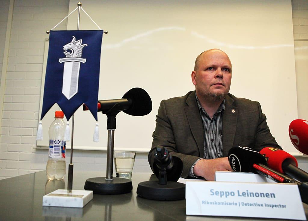 Seppo Leinonen poliisin tiedotustilaisuudessa.