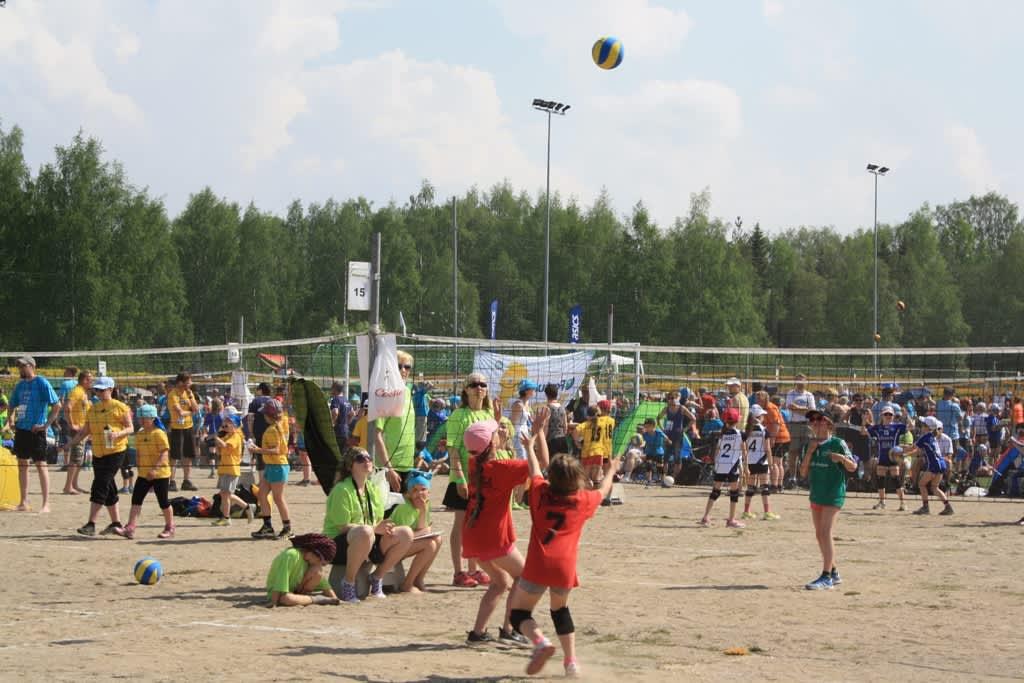 Power Cupissa pelataan lentopalloa ulkona.