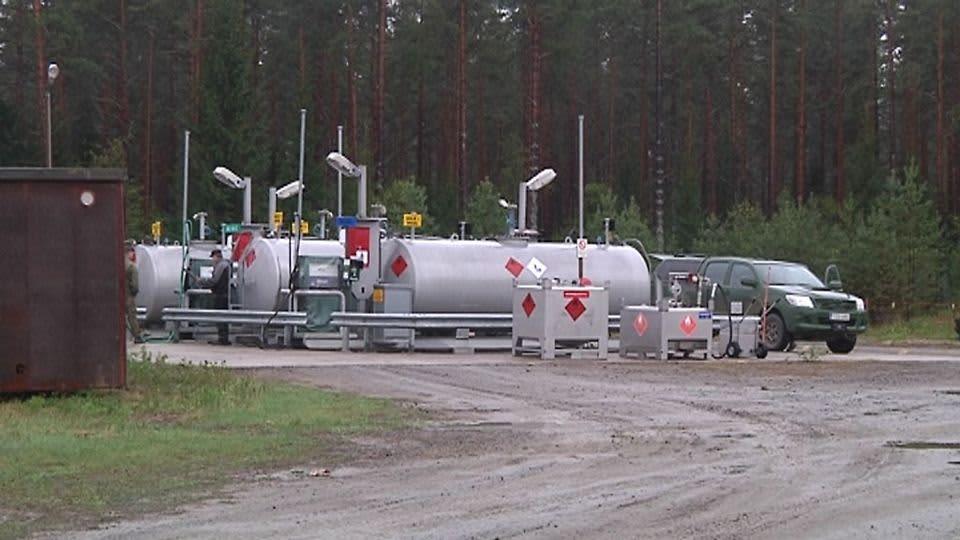 Polttoainesäiliöitä puolustusvoimien leirillä Vattajalla.