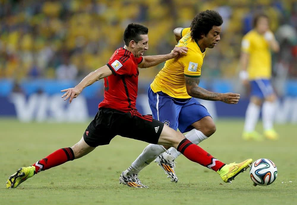 Brasilian ja Meksikon pelaajia kuvassa.