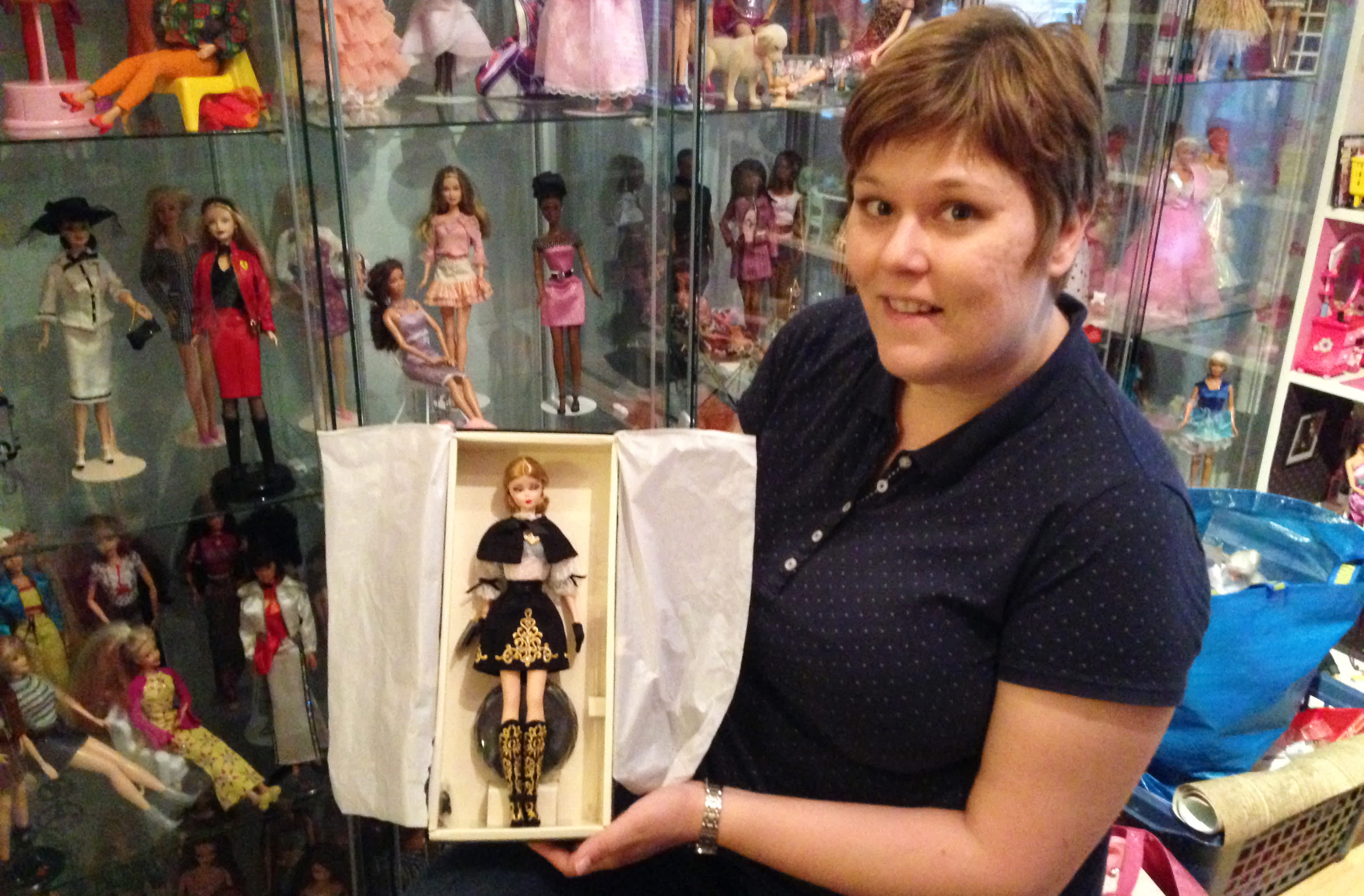 Heidi Veräjäntausta esittelee Barbie-nukkeaan.