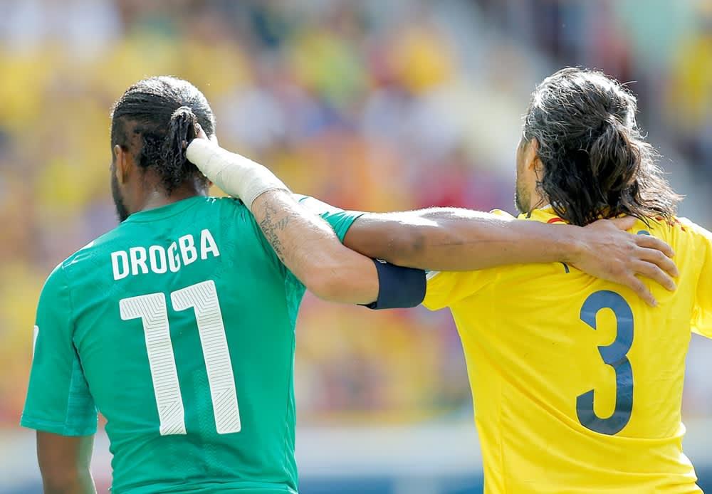 Didier Drogba ja Mario Yepes.