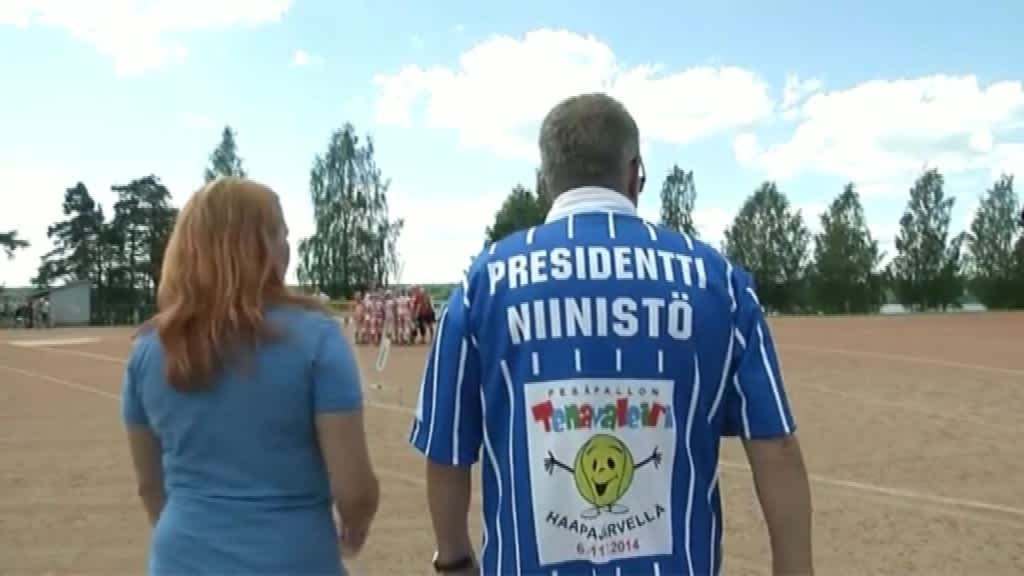 Tasavallan presidentti Sauli Niinistö löi avauslyönnin tyttöjen kilpasarjan ottelussa Haapajärven valtakunnallisella pesäpallon tenavaleirillä.