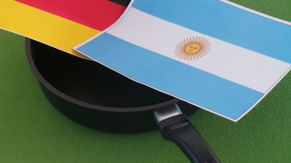 Saksan ja Argentiinan lippu paistinpannulla