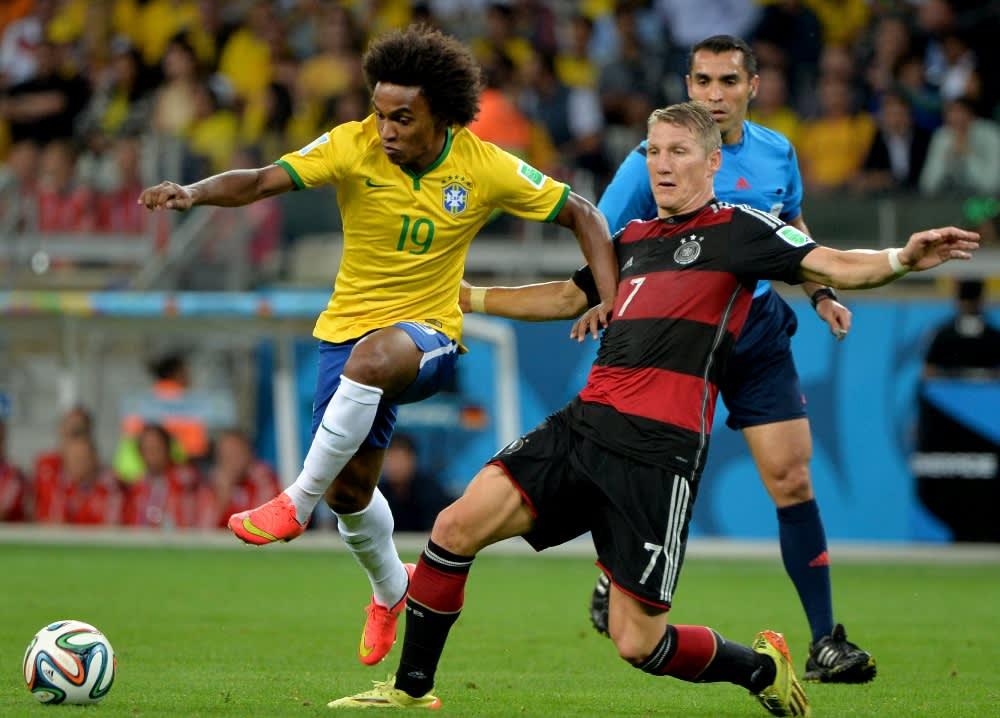 Brasilian Willian ja Saksan Bastian Schweinsteiger tavoittelevat palloa.