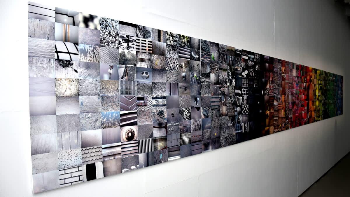 Iso pitkä taulu seinällä