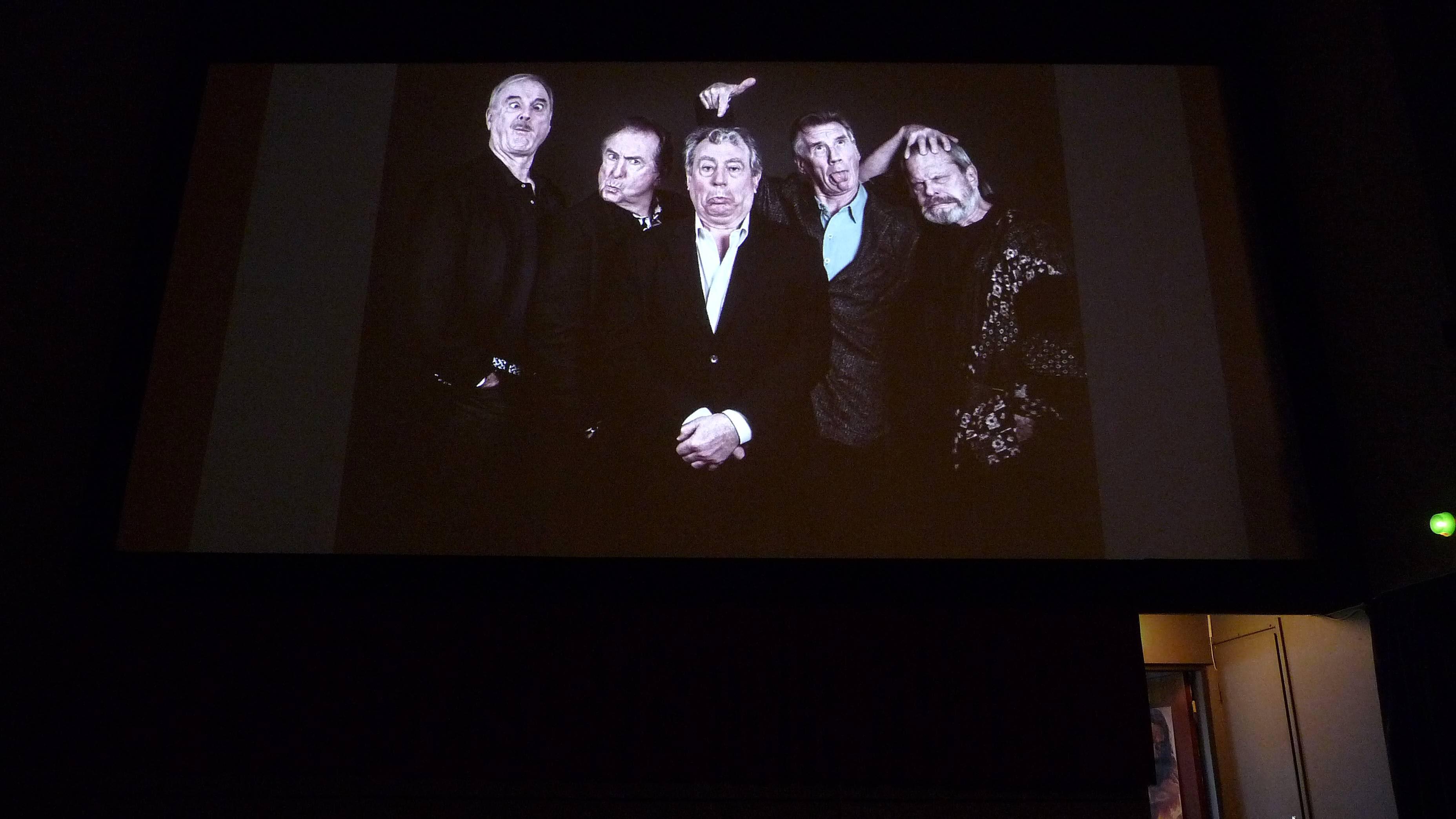 Monty Python -koomikkoryhmän jäsenet huumorikuvassa jalasjärveläisen elokuvateatterin valkokankaalla.