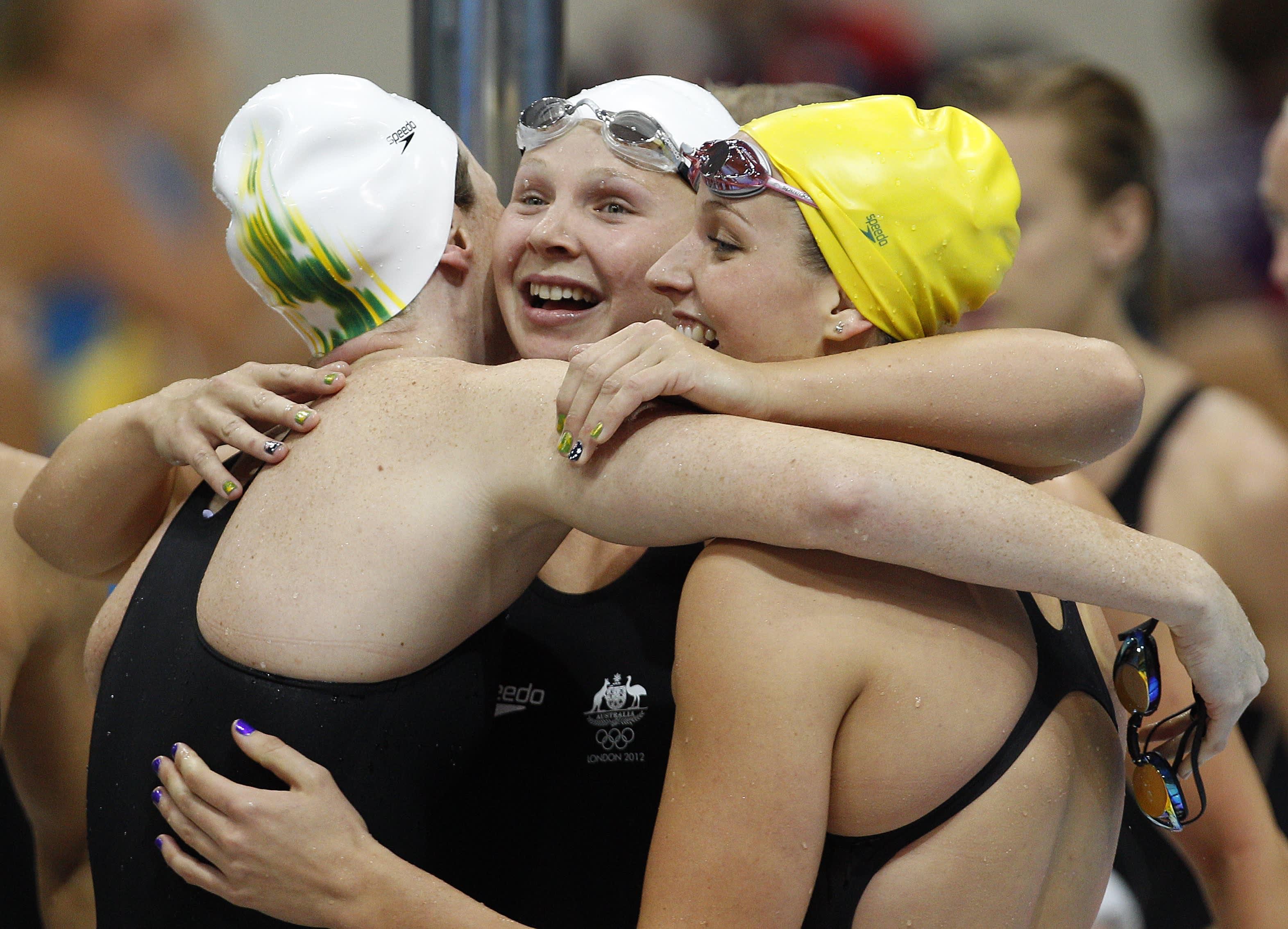 Australian Melanie Schlanger (keskellä) juhlii joukkueensa suoritusta 4x100metrin vapaauintiviestissä Lontoossa 2012.
