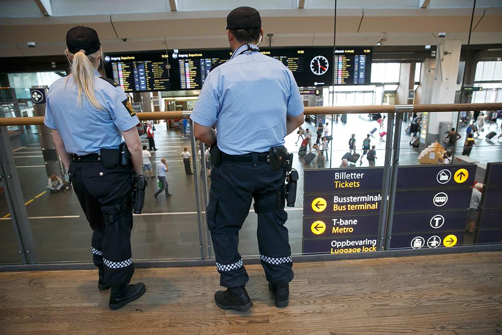 Poliiseja Oslon rautatieasemalla 25. heinäkuuta 2014.