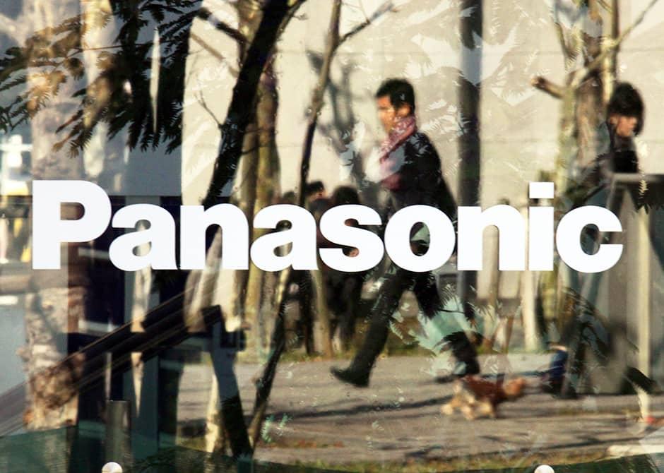 Panasonicin logo elektroniikkaliikkeen ikkunassa Tokiossa marraskuussa 2013.