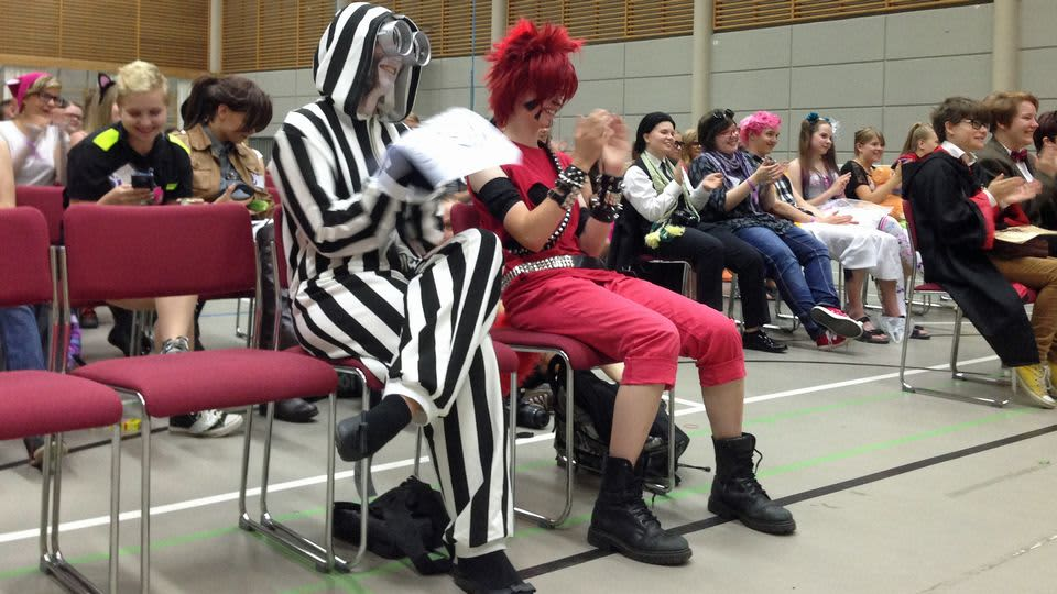 Kuvassa cosplay-deitti - tapahtuman yleisöä Kokkolassa 2014