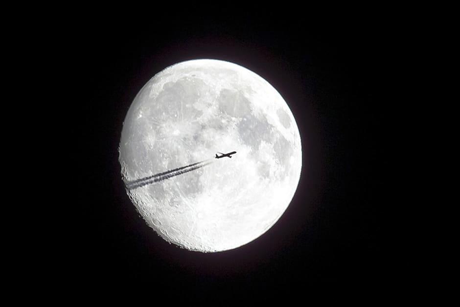 Lentokoneen siluetti Kalchreuthista, Saksasta kuvattuna 8. elokuuta.