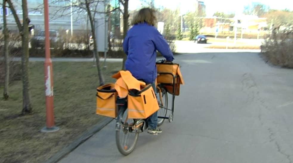 Postinkantaja polkupyörällä.
