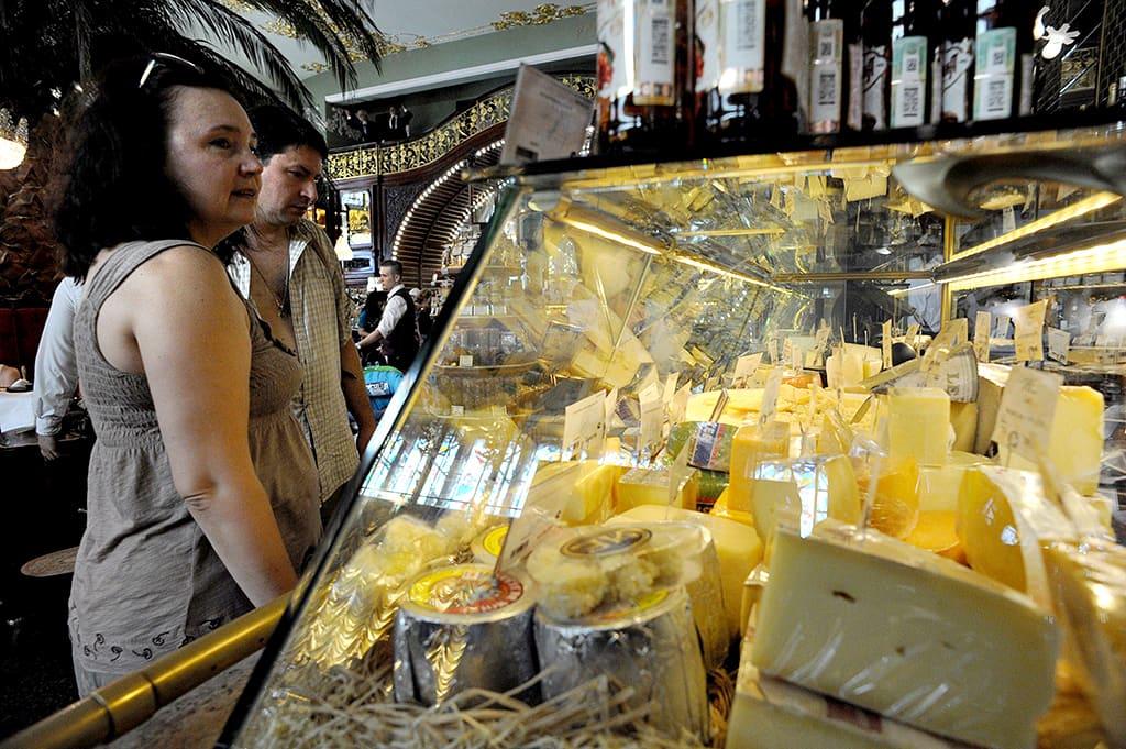 Juustokauppaa Pietarissa.