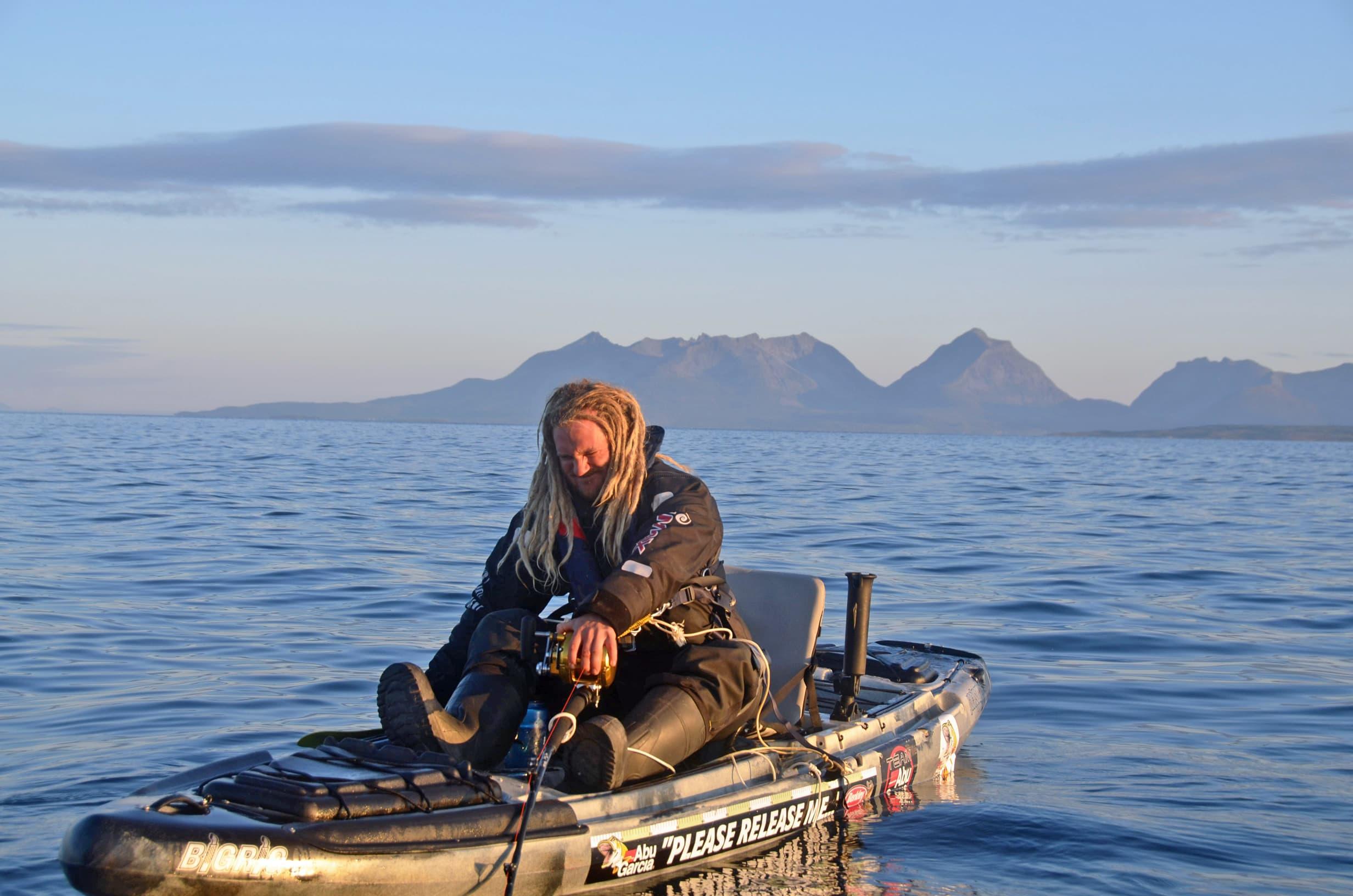 Ruotsalainen Joel Abrahamsson kalastaa suurkaloja hyvin varustellulla kajakilla.