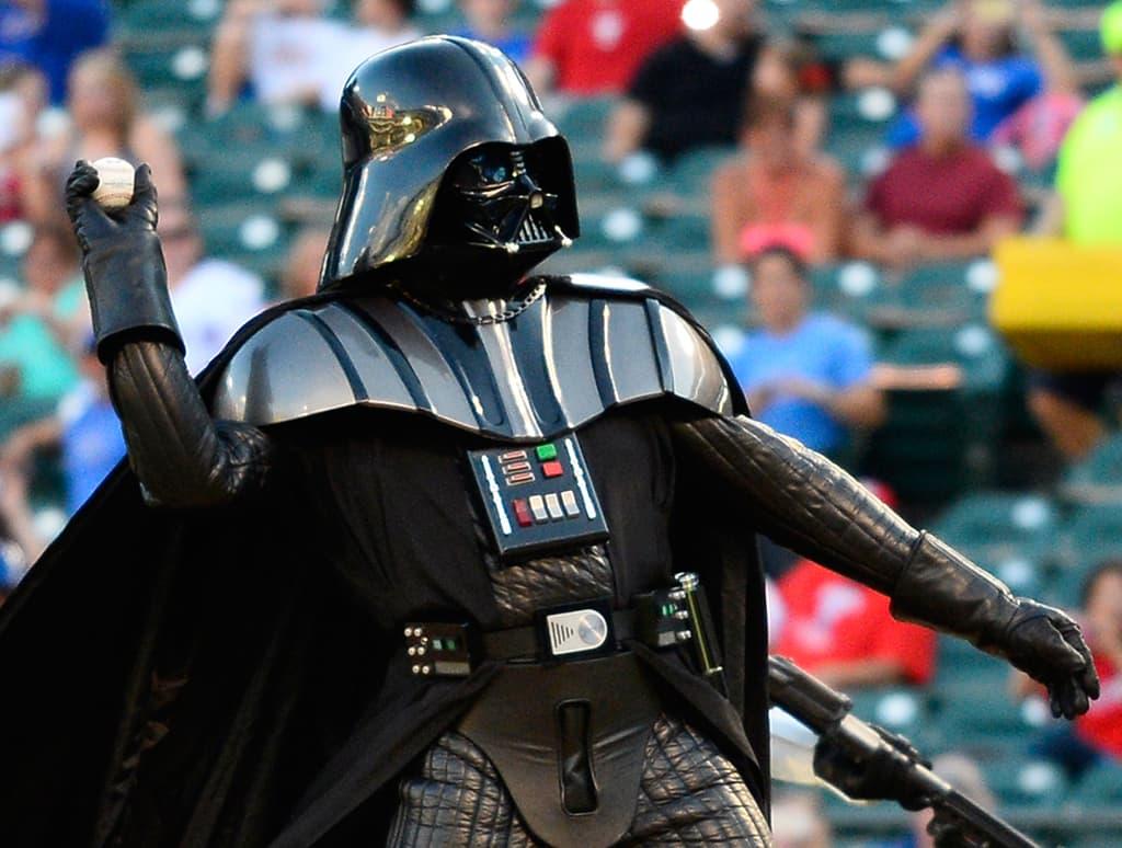 Darth Vaderiksi pukeutunut mies heittää aloitussyötön baseball-pelissä Teksasissa 5. syyskuuta.