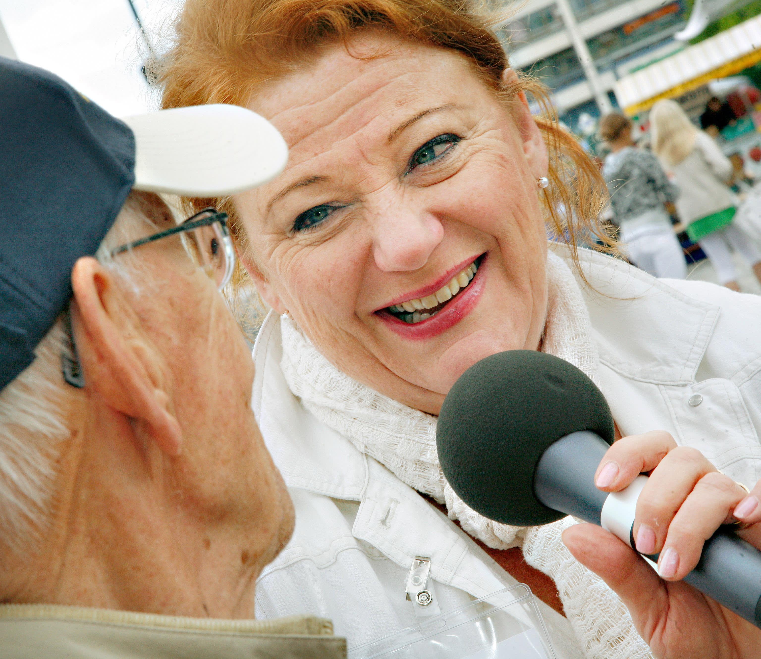 Kansanradion toimittaja Jaana Selin tekemässä haastattelua Vaasan asuntomessuilla vuonna 2008.