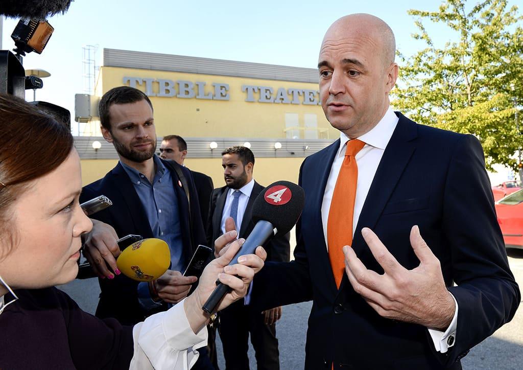 Pääministeri Fredrik Reinfeldt median haastattelussa äänestyspaikalla Tukholman Täbyssä 14. syyskuuta.